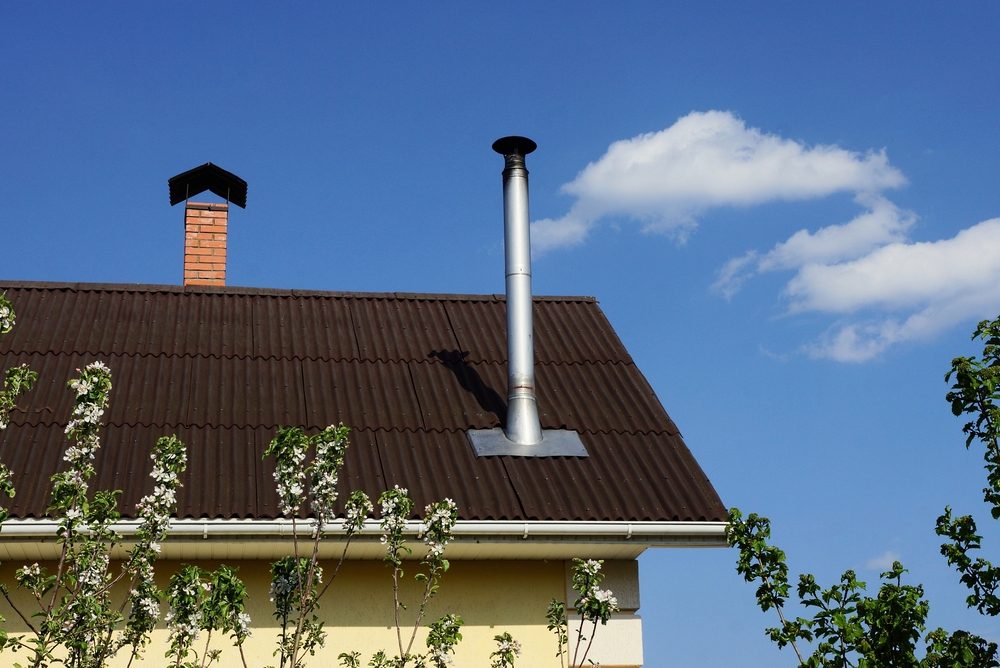 В каких случаях надо защищать от молнии металлические трубы над крышей коттеджа?